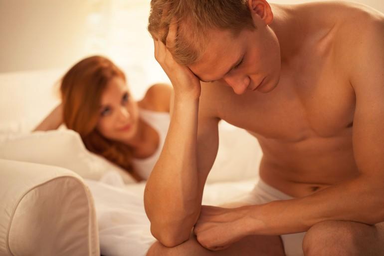 Почему у мужчины во время полового акта пропадает эрекция, что делать: причины проблемы, лечение