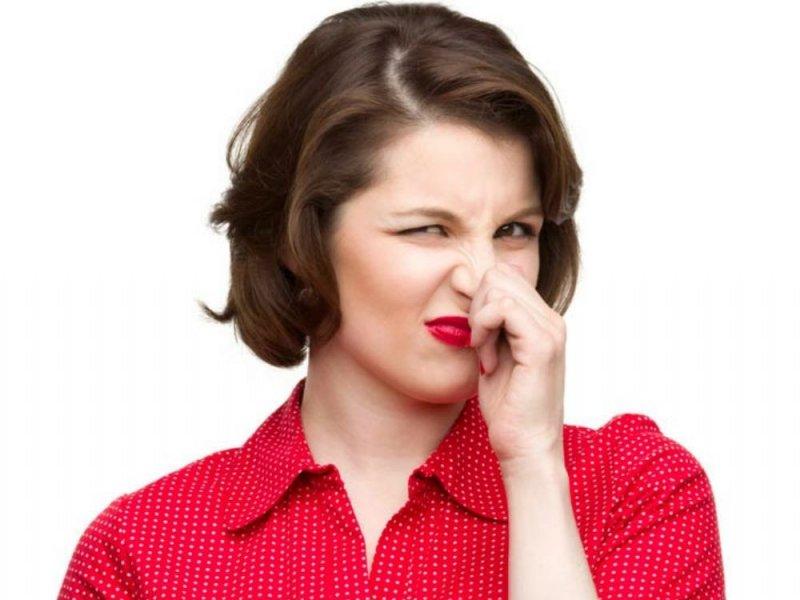 Выделения пахнут луком: причины, диагностика, лечение