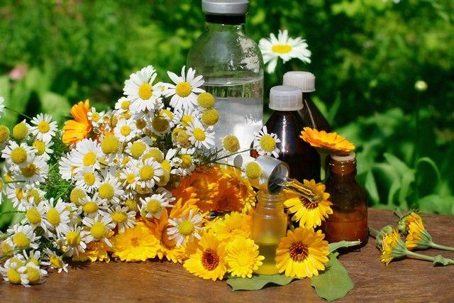 Желтые выделения у женщин - причины и последствия, виды выделений с запахом и без