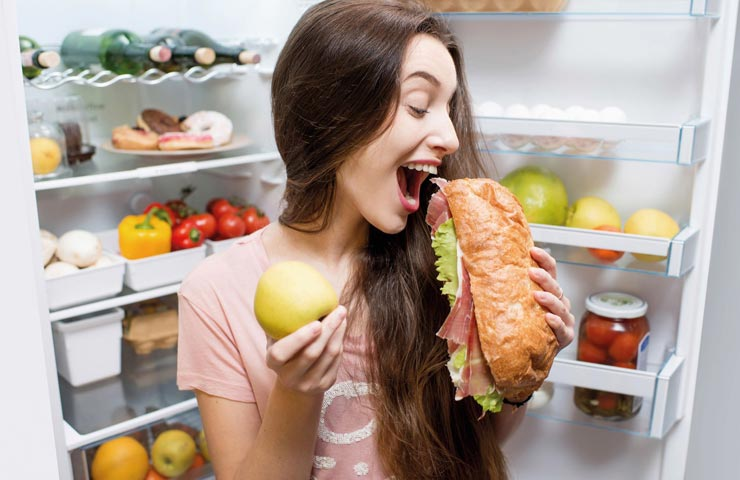 Почему перед месячными и во время хочется много есть: основные причины и как с этим бороться