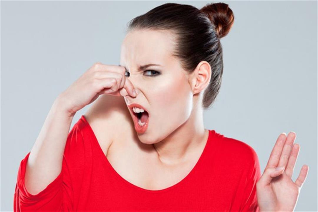 Кислый запах белых выделений у женщин: причины, диагностика и лечение